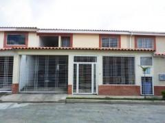 VENTA DE TOWNHOUSE EN URB. LOS GIRASOLES, LA MORITA 15-16117