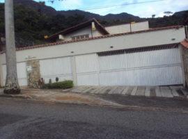 Bella y lujosa quinta Amplios y acogedores ambientes  en zona privada del la Urbanización El Castaño.