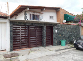 Preciosa casa en calle cerrada con vigilancia en Venta Alto Prado Caracas