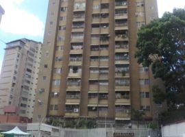 Bello apartamento ubicado en calle ciega diagonal a la Avenida Páez del Paraíso en Caracas